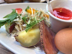 サラダプレートは季節によって野菜の一部が変わります