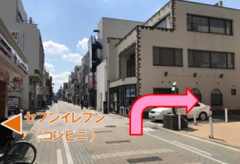 大和八木駅南側にある山葵へコンビニ横の道を右折