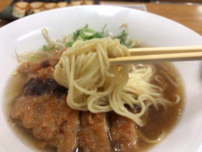 大和八木駅近く宮廷飯店のとんかつラーメンの麺アップ