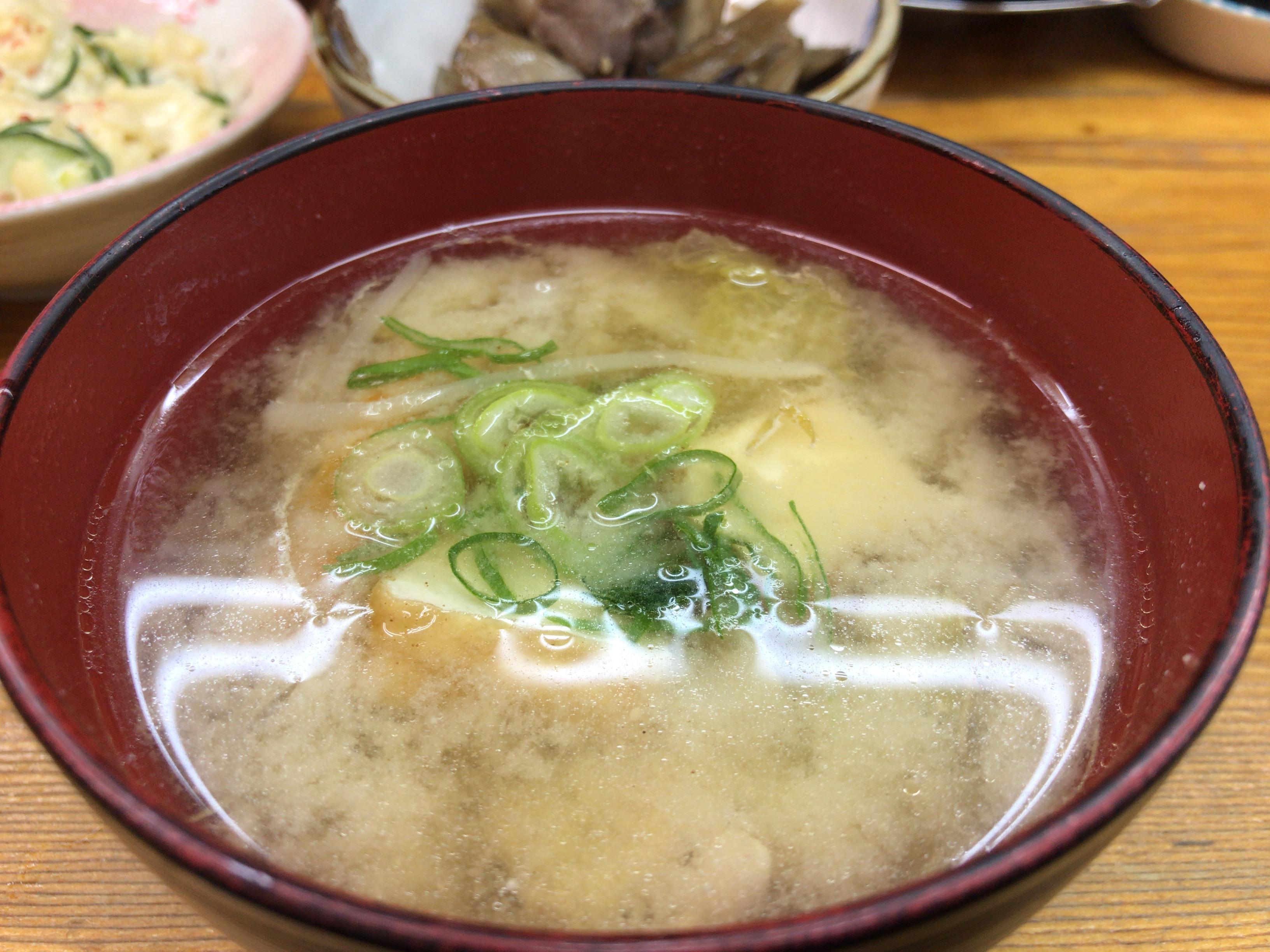 大和八木駅近くのウエダで食べられるお味噌汁