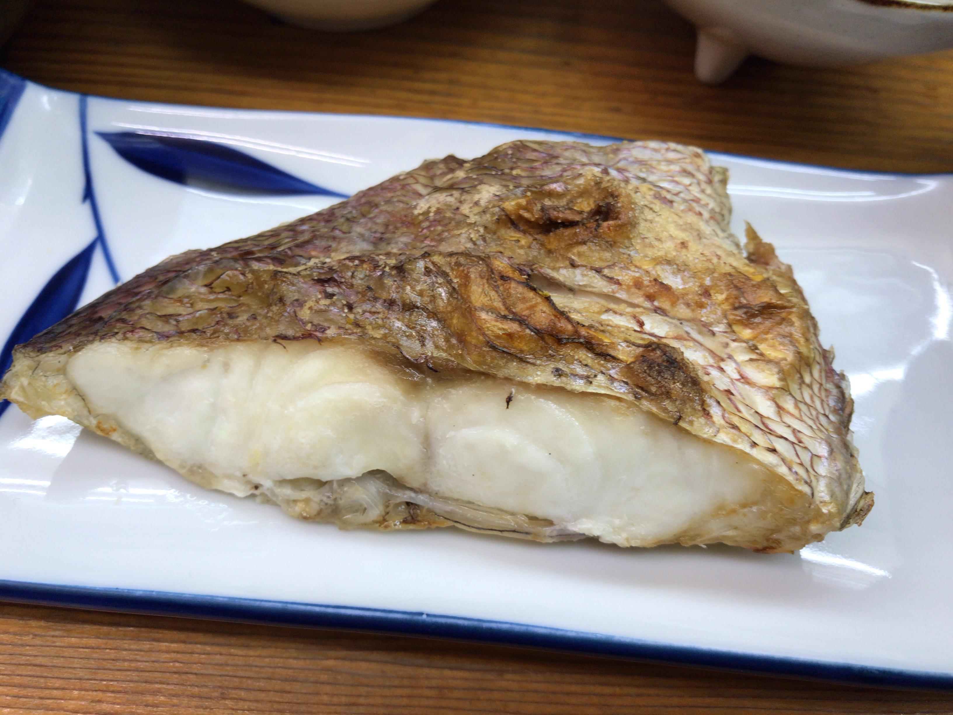 居酒屋ウエダの日替わり定食のメインであるタイの塩焼き