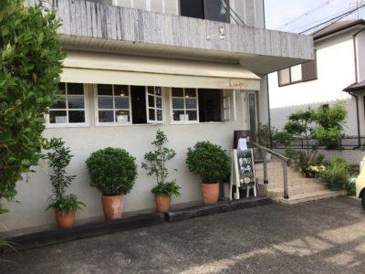 田原本のカフェ朝日堂の駐車場からみた外観