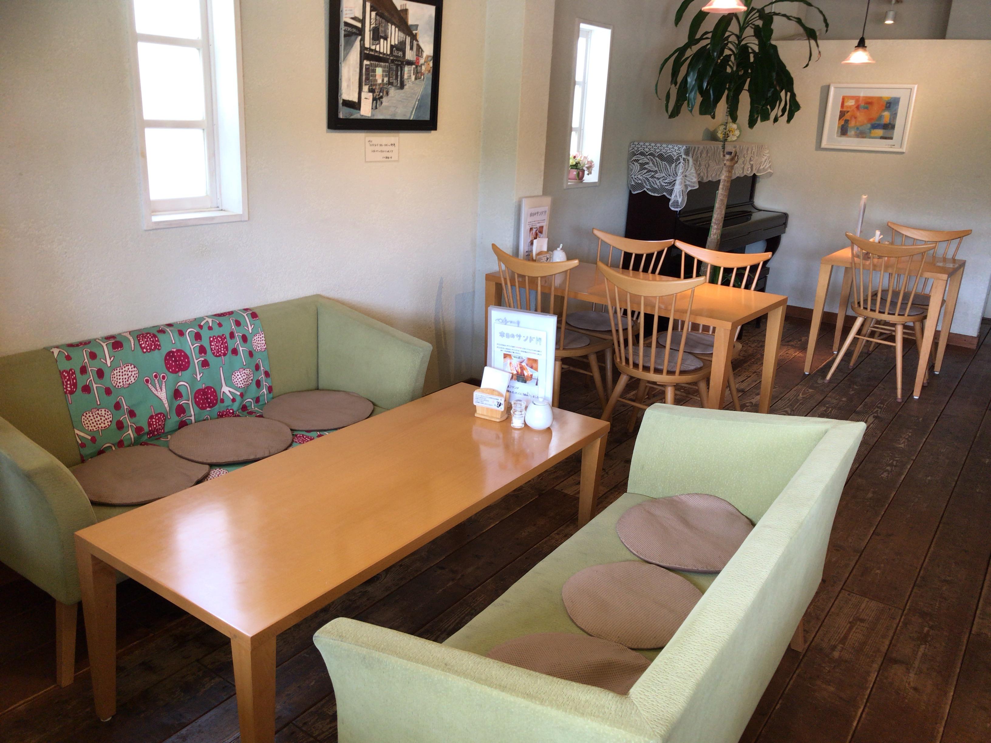 田原本のカフェ朝日堂のソファー席