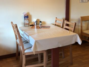 橿原市で食べられるネパール料理屋カトマンズカフェのテーブル席
