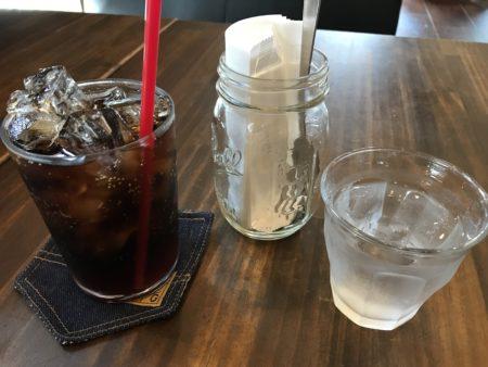 新ノ口のハンバーガー屋、ボンファイアのコーラと水