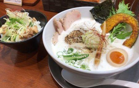 田原本の人気ラーメン店、暁製麺の鶏豚だしらあ麺