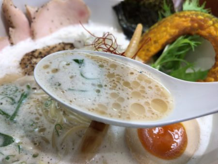 田原本暁製麺の鶏豚だしらあ麺のダシ