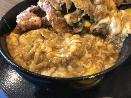 日本橋・なんば「ポミエ」のエビフライ丼、トッピングの下にもシッカリと卵とじ