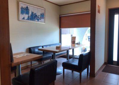 橿原・畝傍御陵前駅近くでランチができる食事処「なな郎」のテーブル席