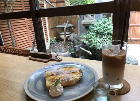 橿原神宮前でランチができるカフェnarairoで外を眺めながらデザートをいただきます