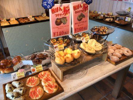 橿原市真菅でモーニングができるパン屋パネトリー本店で販売されている個性的なパンたち