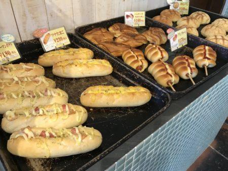 橿原市真菅でモーニングができるパン屋パネトリー本店に並べられた販売されているパンたち