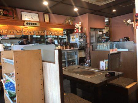 橿原新ノ口駅近くでお好み焼きランチが食べられるまん房の店内