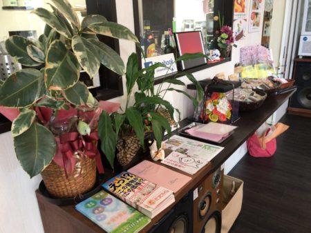 橿原市醍醐町のランチカフェTroomCafeティールームカフェの厨房前広告スペース