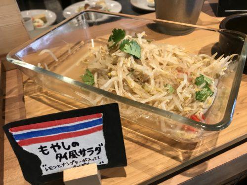 橿原大和八木駅近くのランチスポット奈良食堂のサラダバー。もやしのサラダ。