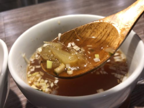 橿原神宮前駅アノラーメン第二製作所のつけ麺スープにあるパインの果肉