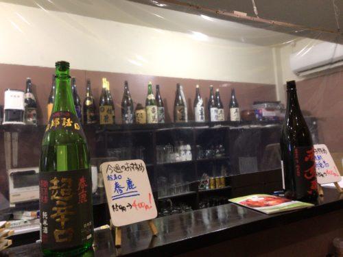 橿原市の洋食屋タンタンのカウンターに並ぶお酒
